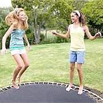 Заняття спортом вдома: стрибки на батуті, стрибати через скакалку, хула-хуп - обруч