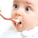 Правильно складаємо режим харчування дитини до року