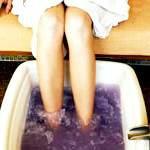 Догляд за ногами. Ванночки для ніг: ванночки з рослин, гліцеринові ванночки, парафінові ванночки